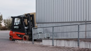 Linde Material Handling E35 electric forklift truck transports materials to production at Reinheim-based Grass GmbH.
