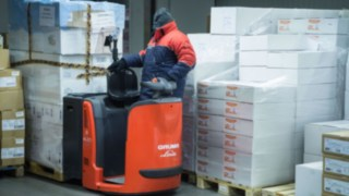 Order picker from Linde Material Handling in use in the cold storage of Gusto AG