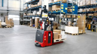 L-MATIC by Linde Material Handling transports goods in the HOLTER warehouse