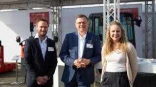 roup photo of Linde experts Fabian Scherer, Alexander Schmidt and Sophia Bock at the Inter Airport Messe 2017 in Munich