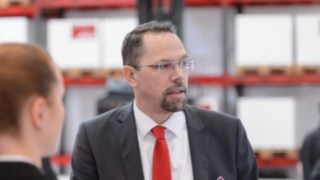 Frank Heptner talking to two c ustomers at the LogiMAT 2018