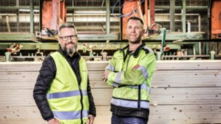 Employees of Norrlands trä about iC-truck 1401 of Linde Material Handling