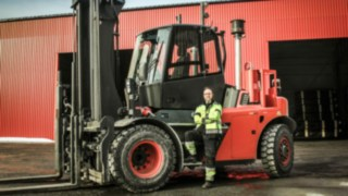 IC-truck 1401 from Linde Material Handling in use at Norrlands trä