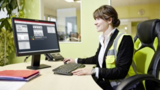 Marie-Luise Wolf from SMP uses the Linde connect software for fleet management.