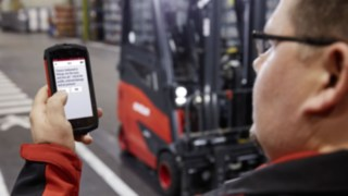 Driver checking the vehicle in advance with the Linde connect pre-opp App