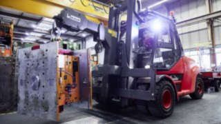 Linde industrial trucks with Linde connect fleet management software in cautious use at automotive supplier SMP