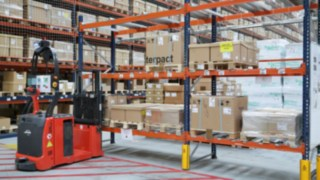 Schneider Electric in Spain uses two automated L-MATIC AC forklifts from Linde Material Handling.