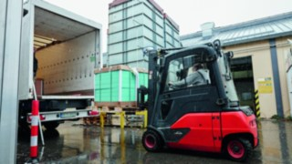 Linde electric forklift truck loading at Sika