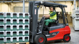 Linde Material Handling E30 electric forklift truck transports drinks around the warehouse at Veltins brewery.