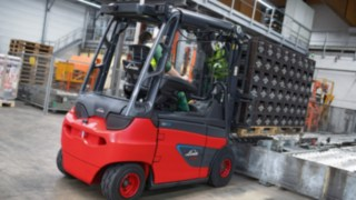 The Linde Material Handling E30 electric forklift truck moves both full bottles and empties at the Veltins brewery.