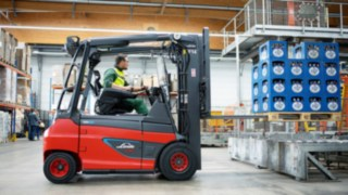 Linde Material Handling E30 electric forklift trucks move both full packs and empties at the Veltins brewery.