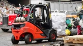 Linde ic-truck transports huge waste bags