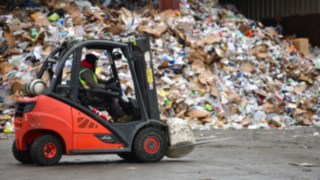 A Linde ic-truck transports a lump of garbage