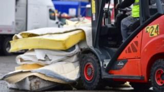 Linde ic-trucks transports old mattresses