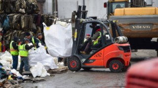 Linde ic-truck transports giant waste bags