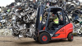 Linde ic-truck moving a pile of scrap iron