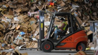 Linde ic-truck moving paper waste