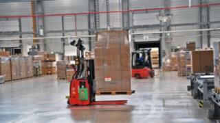 An L-MATIC from Linde Material Handling transports goods for ebm-papst.
