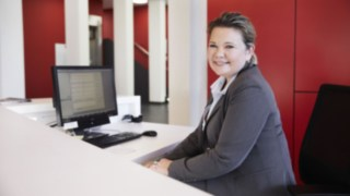 Linde employee at reception with computer