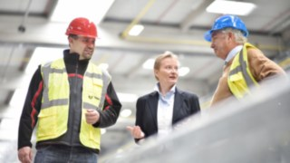 Linde employee in conversation with colleagues in the production