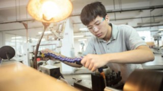 An employee of Linde China at the workbench