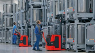 Linde pallet stacker used for storing and retrieving