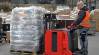 The compact counterbalance pallet stacker Linde L06 AC AP was developed as a customised solution. Due to its application potential in other sectors, it is now manufactured in series production.