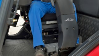 Rotating driver's workstation for IC and electric trucks from Linde Material Handling