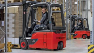 Counterbalanced trucks with lithium-ion battery from Linde Material Handling go on sale now. Available in the load range between 1.4 and 1.8 tonnes, the trucks offer the benefit that they make fleet operators much more independent with regard to power supply – especially in multi-shift operation.