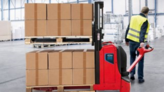 Linde has just expanded its product range with two new warehouse trucks that are equipped with lithium-ion batteries: the Linde T16L ION pallet truck with ergonomic hub and the Linde D08 ION double stacker.