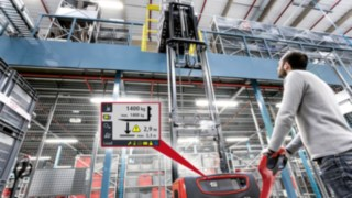 The Linde Load Management system for pallet stackers provides even more security when moving goods. A large color display shows the relevant load capacity information, warns the operator when the mast approaches the load capacity limit and intervenes if necessary.