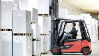 Linde plans to significantly expand its portfolio of industrial trucks with lithium-ion batteries by the end of this year. Sales of the first 90-volt trucks have just begun: models with 2, 2.5 and 3-ton load capacity including the corresponding roadster versions.