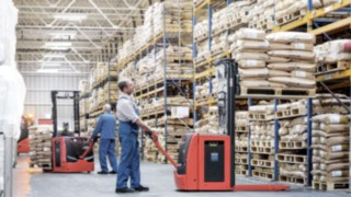 Linde customers can now perform the majority of logistics tasks in the warehouse using lithium-ion technology