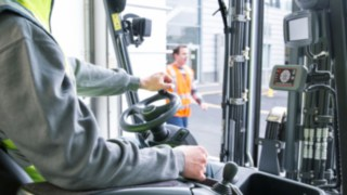 The Linde Safety Guard not only alerts the driver, but also indicates how many people approach the vehicle and from which direction.