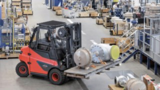 A Linde E80 electric forklift truck in use.