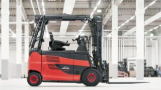 Extraordinary forklift meets an extraordinary drive concept: the Linde-Roadster with fuel cell drive.