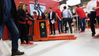 Visitors of LogiMAT 2019 take a look at the new Narrow Range from Linde Material Handling.