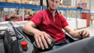 Employee puts his hand on the multifunction lever from Linde Material Handling
