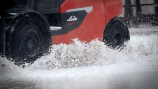 X25 electric forklift from Linde drives through water