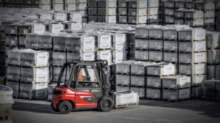 X35 electric forklift from Linde transports goods