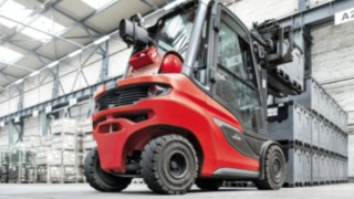 H35 IC truck from Linde Material Handling stacks boxes