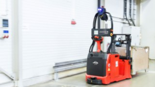 The autonomous L-MATIC AC pallet stacker from Linde Material Handling in use